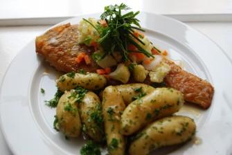 Helstegt rødspætte med smørsovs og nye kartofler