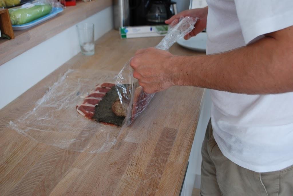 Rul din Beef Wellington i husholdningsfilm så den holder formen