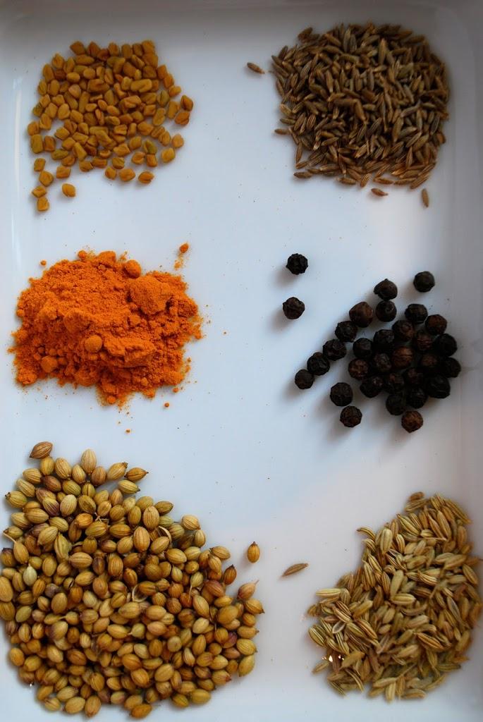 De tørre krydderier til karrypasta - bukkehornsfrø, spidskommen, gurkemeje, peberkorn, korianderfrø og fennikelfrø