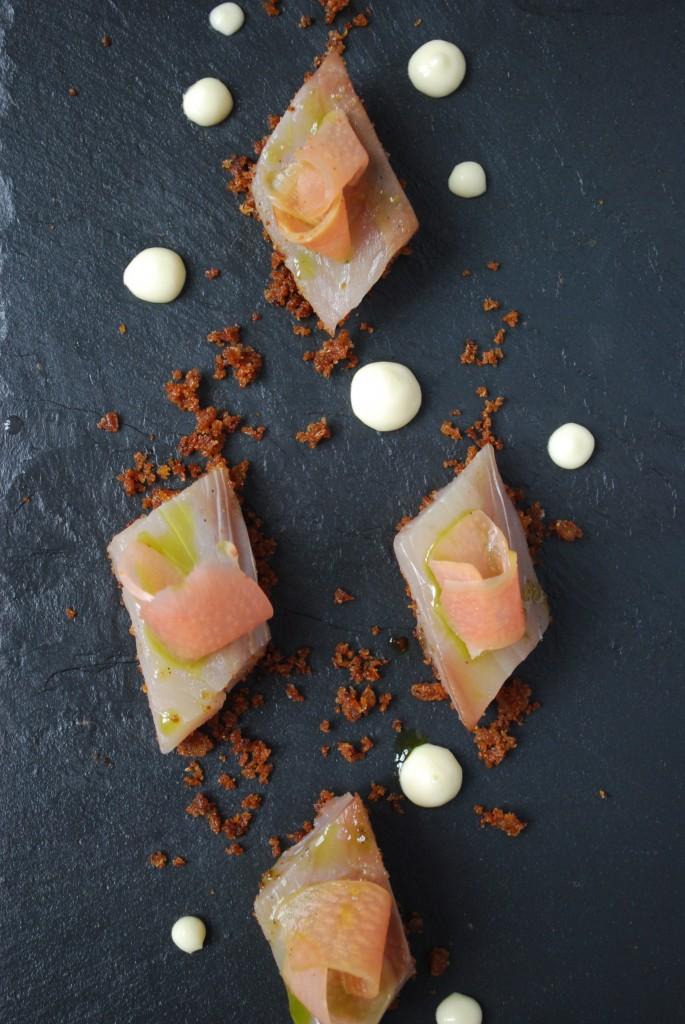 Opskrift på rimmet makrel med pebberodsmayonnaise, råsyltede rabarber, persilleolie og rugbrødssmuld