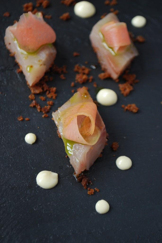 Rimmet makrel med pebberodsmayonnaise, råsyltede rabarber, persilleolie og rugbrødssmuld