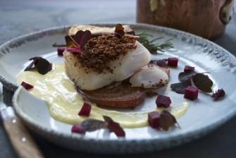 Bagt torsk med lakridsrødbeder, peberrodshollandaise og baconkrymmel