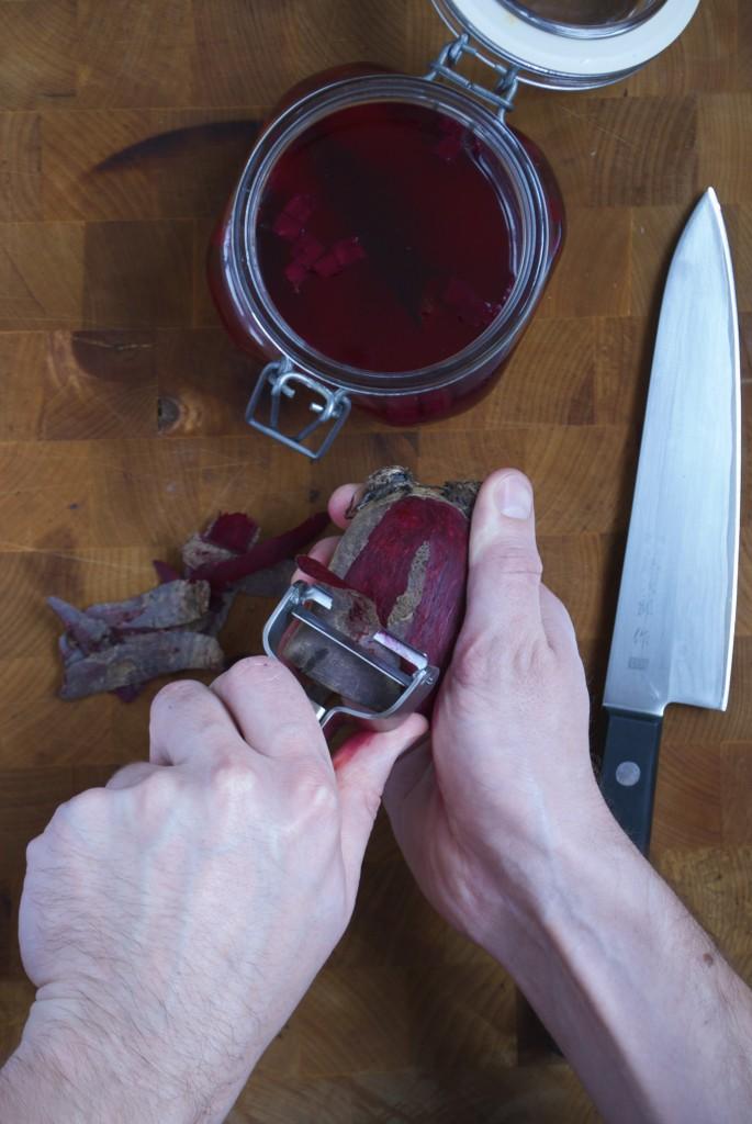 Sådan skærer du tern af rødbeder til råsyltede rødbeder