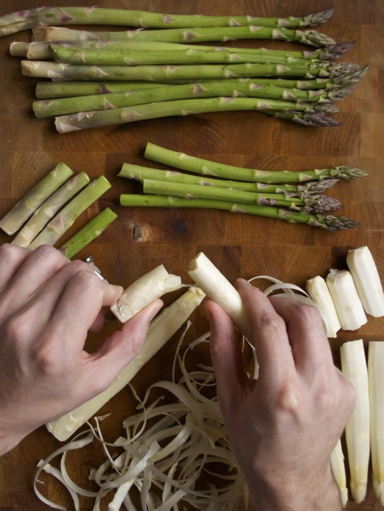 Sådan ordner du hvide asparges. De skal skrælles, så de ikke trevler