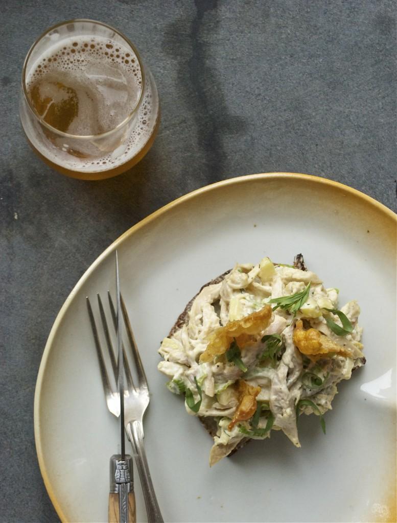Påskefrokost - Kyllingesalat med æbler, blegselleri, estragon og sprødt kyllingeskind