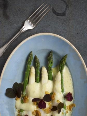 Hvide og grønne asparges med luftig hollandaise og sprødt kyllingeskind