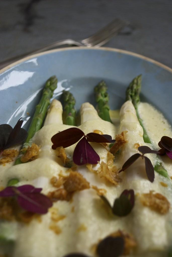 Hvide asparges og grønne asparges med luftig hollandaise og sprødt kyllingeskind - lige til din påskefrokost