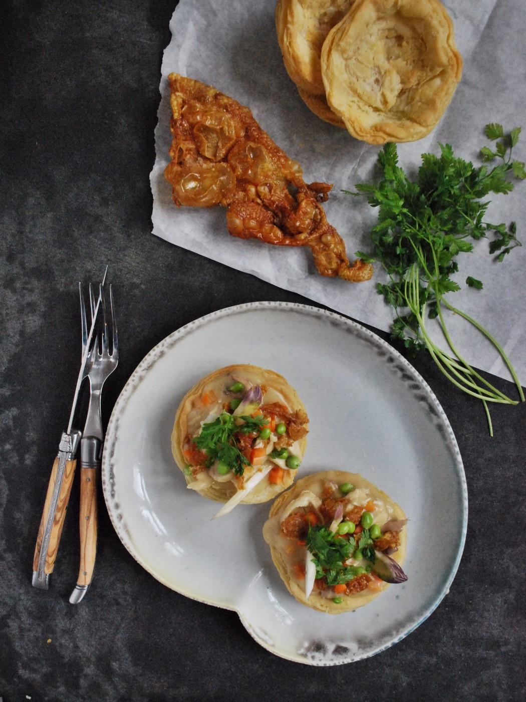 Tarteletter med kyllingefrikassé, hvide asparges og ærter