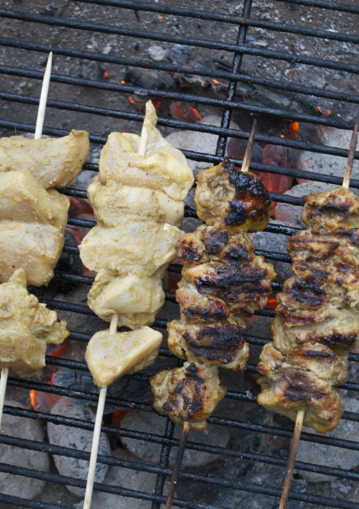 Grill først satay-spydene med kyllingelår og bagefter resten.