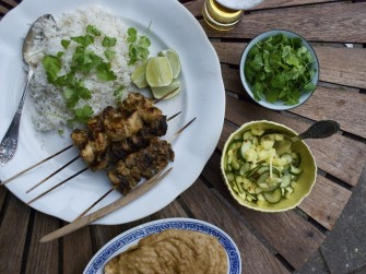 Malaysiske satay med coconut rice, peanutsauce og spicy agurke- og ananassalat