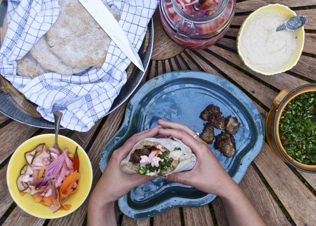 Hjemmelavet shawarma på grill med lammekød, tabouleh, syltede grøntsager og tahina
