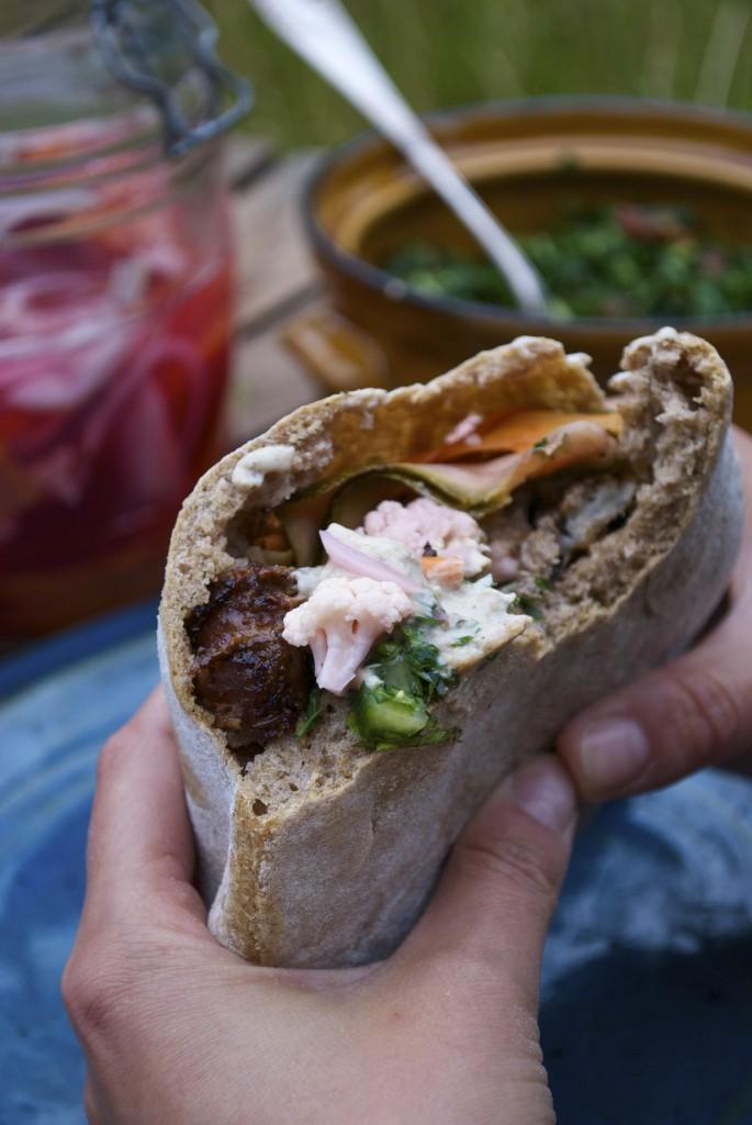 Her får du en opskrift på hjemmelavet shawarma med lammekød, tabouleh, syltede grøntsager og tahina