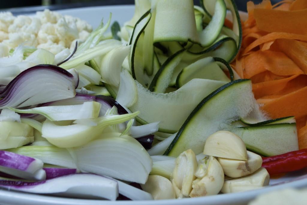 Tyndt skrællede grøntsager til arabisk syltede grøntsager - squash. gulerødder, blomkål, hvidlød og løg