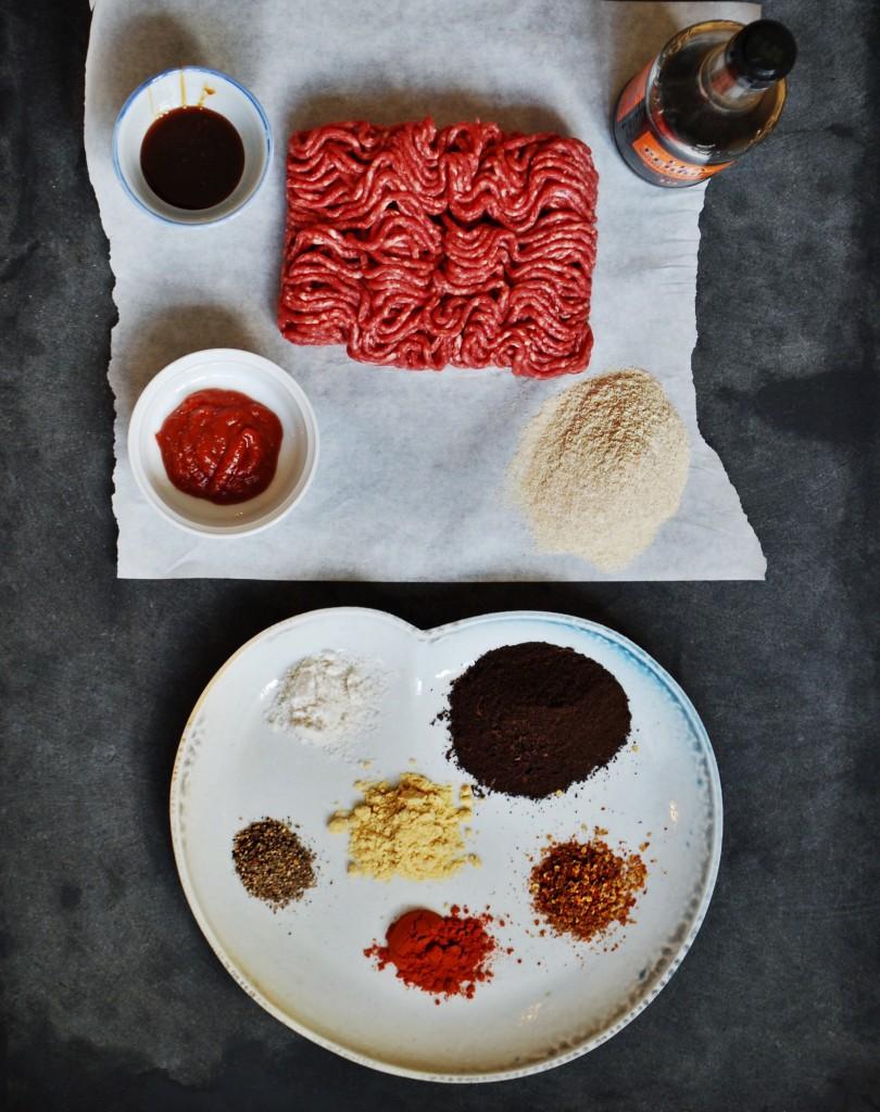 Ingredienserne til cowboytoast-fars: hakket oksekød, maltsirup, tomatpuré, worcestershire, løgaske, sennepspulver, røget parika, peber