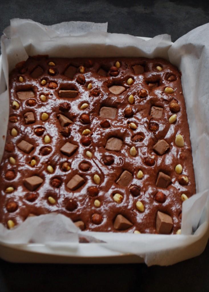 Opskrift på brownie med nødder, nougat, mørk og hvid chokolade
