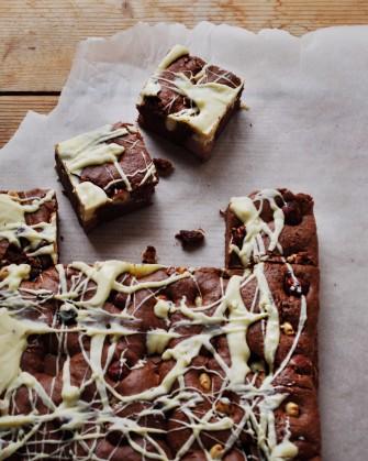 Brownie med nødder, nougat, mørk og hvid chokolade