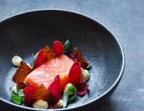 Rimmet laks med peberrodsmayo, rødbede og sprødt skind