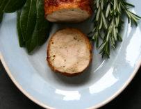 Ballotine af kylling – kyllingeroulade med citron, urter og hvidløg