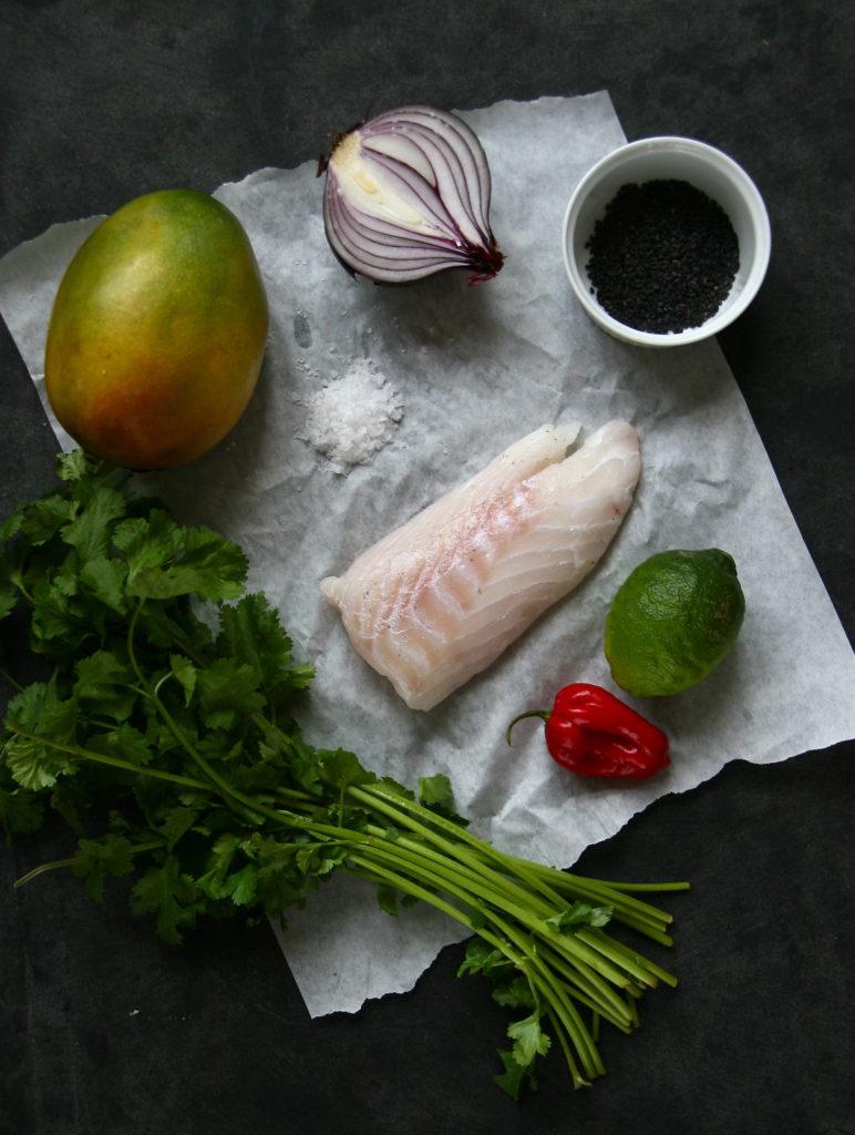 Opskrift på ceviche af torsk med mango, sort sesam og koriander. En perfekt og enkel forret til nytårsaften