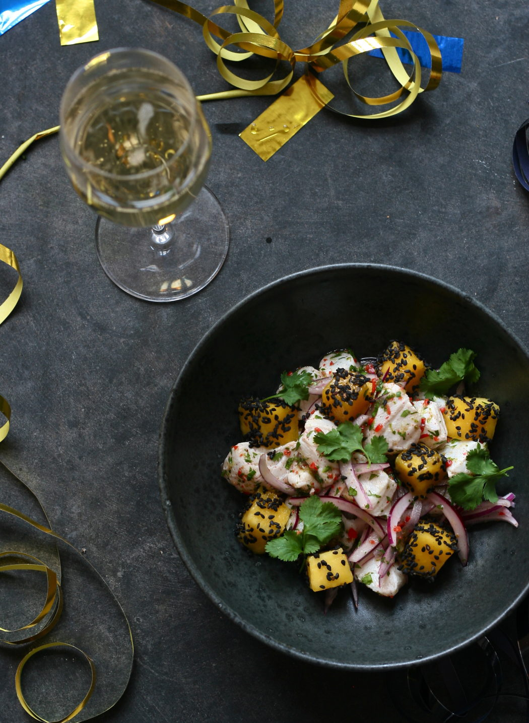 Ceviche af torsk med mango, sort sesam og koriander – Nytårsmenu 2
