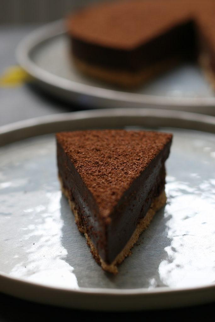Opskrift på en intens og cremet chokoladetrøffelkage med en overraskelse i bunden