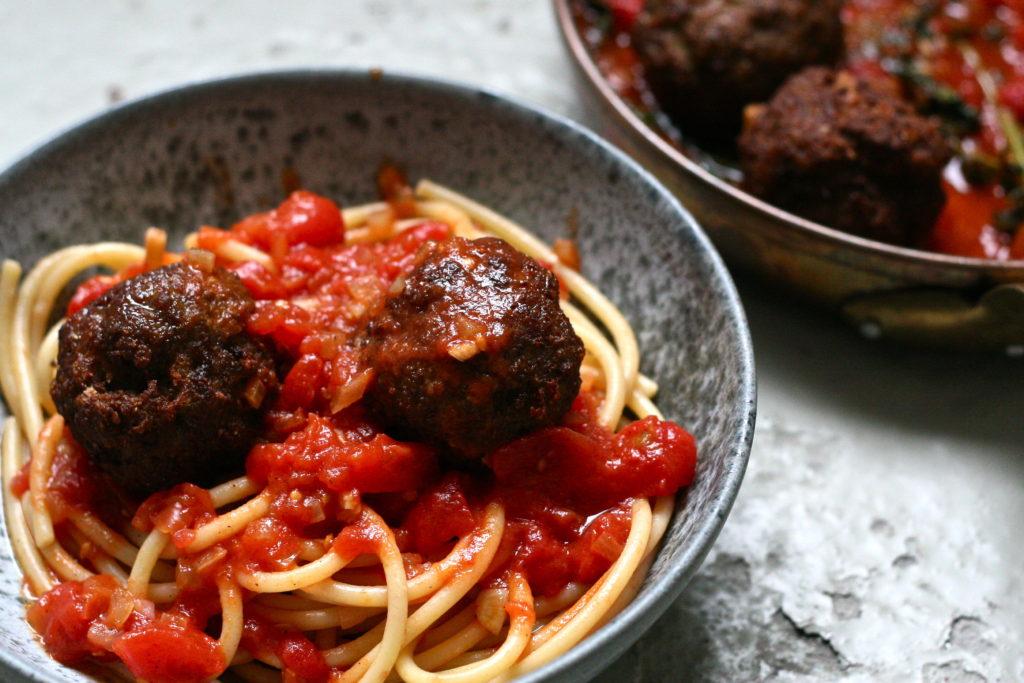 Italiensk-amerikanske kødboller med tomat sovs og pasta - de er sprøde, saftige og store