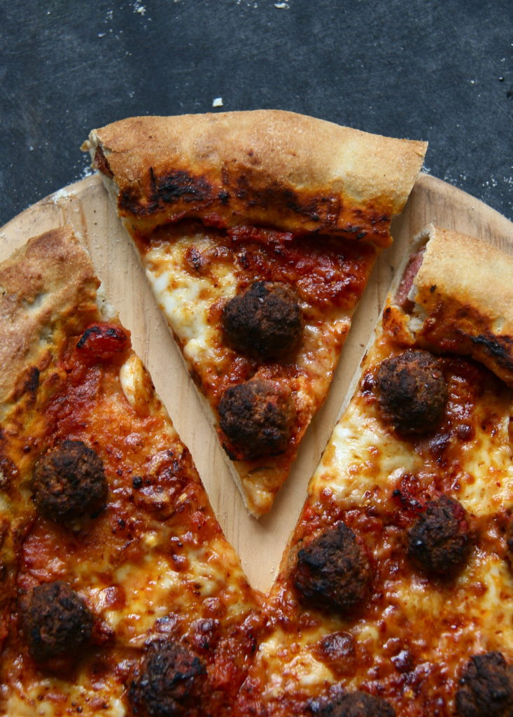 Pizza med pølse i skorpen - pølsehorn og pizza - er en rigtig god pizza til tømmermænd