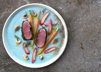 Lammefilet i grønne urter med fjordrejer, rabarber og nye gulerødder