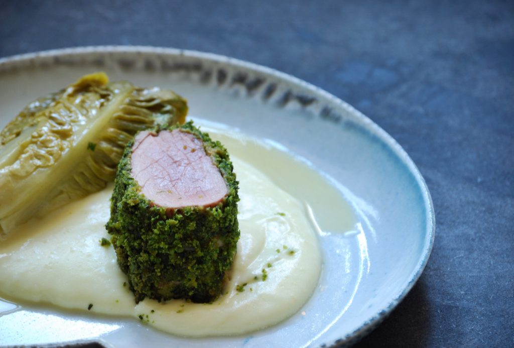 Opskrift på svinemørbrad rullet i urter med cremet kartoffelmos og braiseret hjertesalat