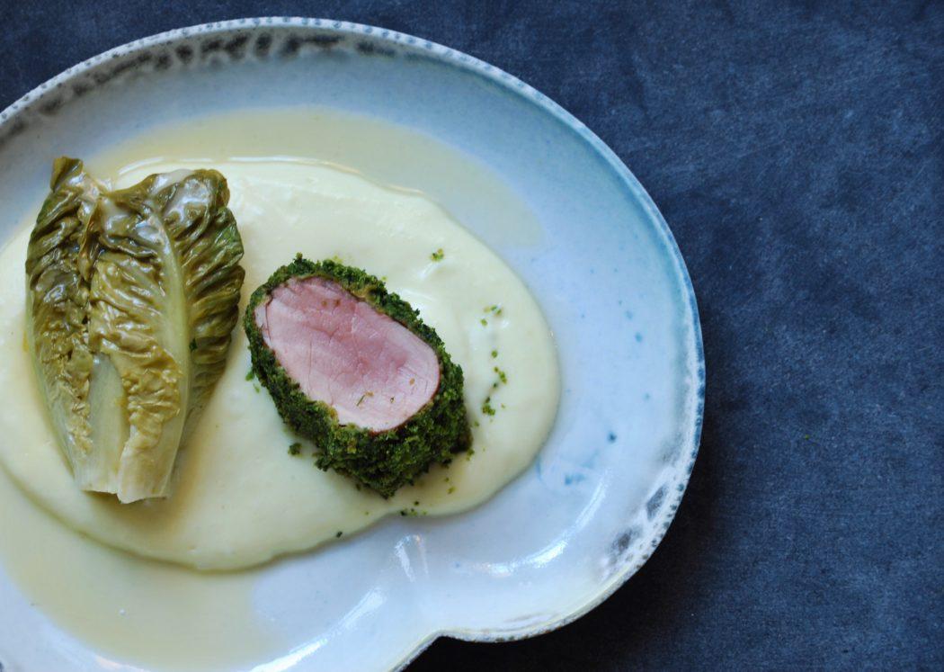 Svinemørbrad rullet i urter med cremet kartoffelmos og braiseret hjertesalat 1
