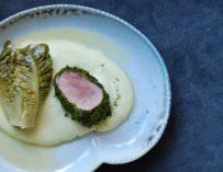 Svinemørbrad rullet i urter med cremet kartoffelmos og braiseret hjertesalat