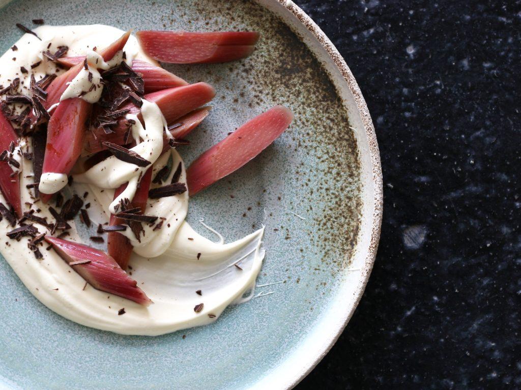 Råsyltede rabarber med creme og chokolade - nem og enkel sommerdessert