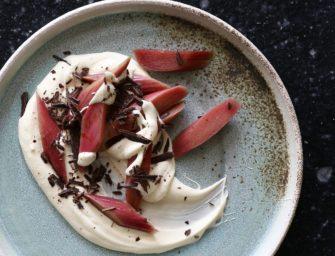 Råsyltede rabarber med creme og chokolade