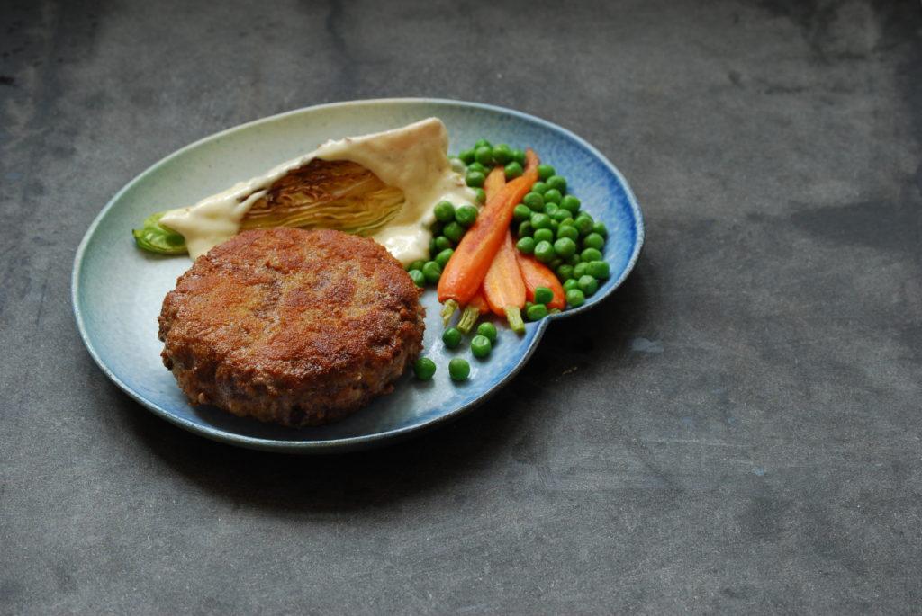 Opskrift på krebinetter eller karbonader med stegt spidskål, gulerødder, ærter og parmesancreme