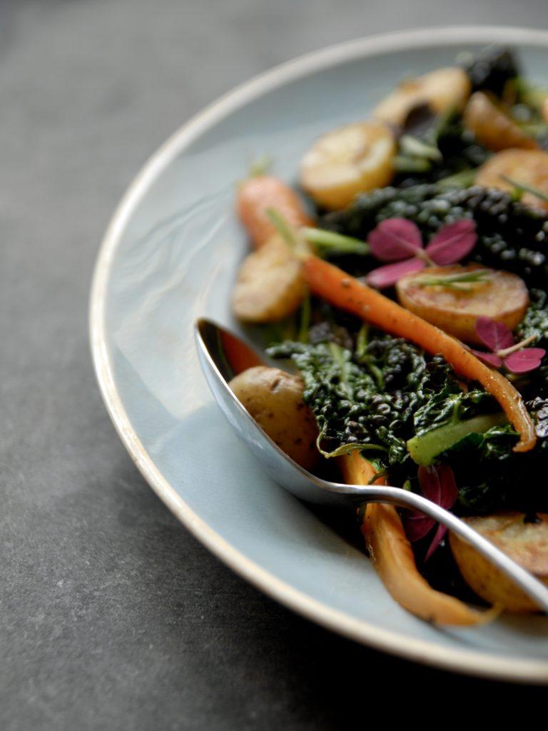 Palmekål, sprøde kartofler og søde gulerødder - opskrift på lækkert efterårstilbehør