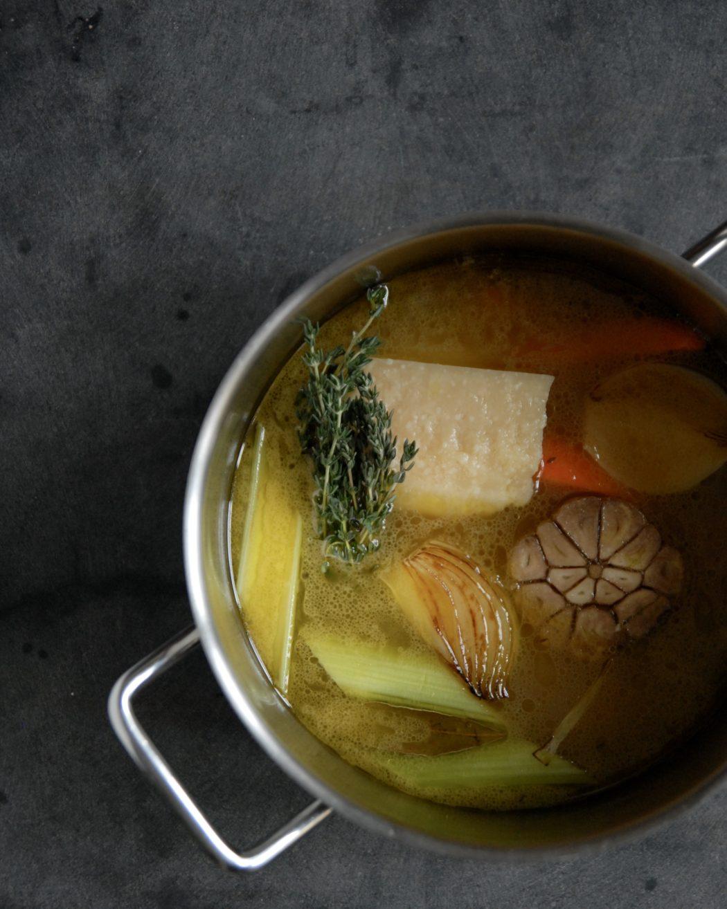 Parmesan-bouillon – derfor skal du ikke smide dine parmesanskorper ud